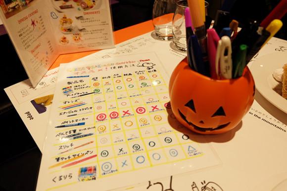 ぺんてる「GINZA RAKUGAKI Cafe & Bar by Pentel」テーブルの上にはカボチャのペン入れとペン