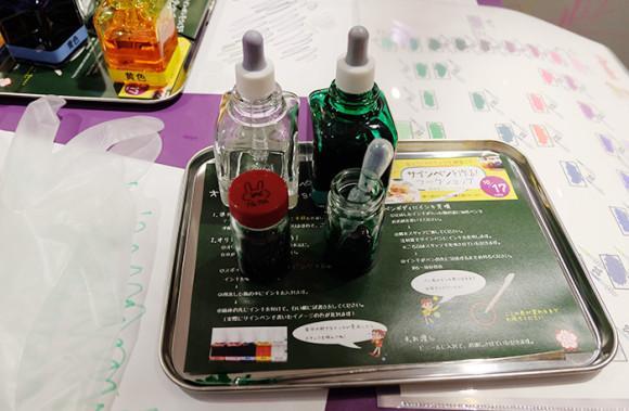 ラクガキカフェワークショップ好きな色が完成したら瓶にマークを書く