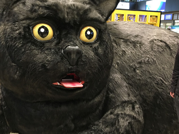 巨大クロネコ仙台駅前舌から出てくる