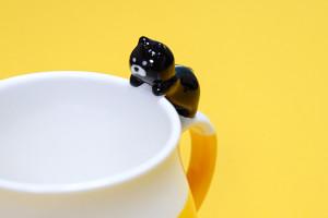 可愛い猫のマグカップ「デコレニャコット」黒猫たまらん