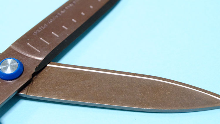 コクヨのハサミ「エアロフィットサクサ」チタングルーレスタイプは切れ味バツグン